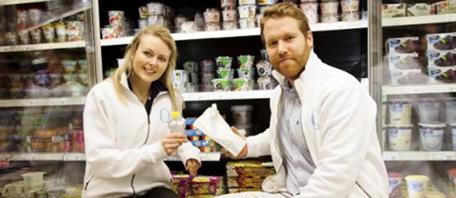 Produktsjefene i Q Øystein og Ingrid sitter på kjøledisken med kommende Q-produkter