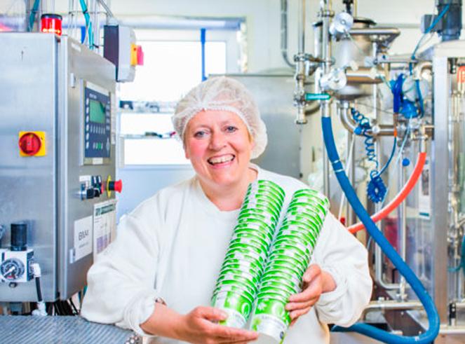 Britt Borgemoen i produksjonen med rømmebeger i hendene og hårnett lager 2,8 millioner rømmebeger pr år – så godt som feilfritt!