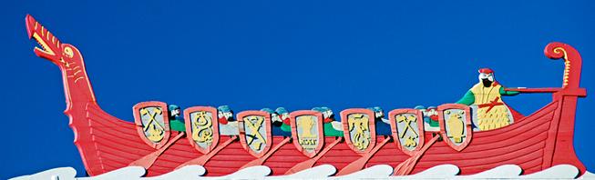 Tegning av rødt vikingskip med Torarin ved roret