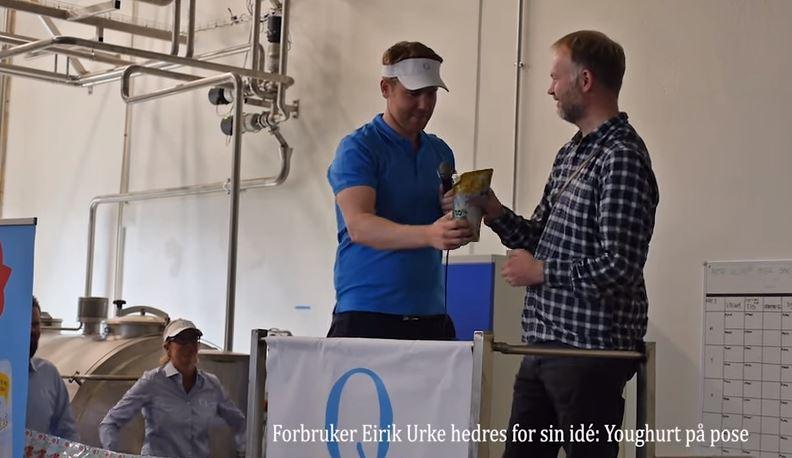 En som turde utfordre oss på å være innovative var Eirik Urke. Her blir han hedret av produktsjef Øystein Skreien ved åpningen av ny produksjonslinje på Q Gausdal