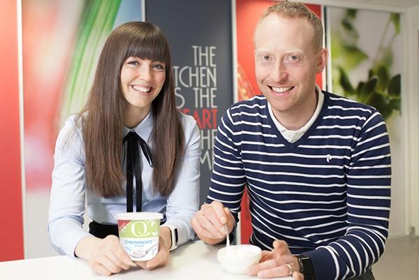 Produktsjef Hege Birknes og Senior Produktutvikler Johan Heggland smiler og det har de god grunn til. Enda en nyvinning er på plass i dagligvarebutikkene. Løp og kjøp!