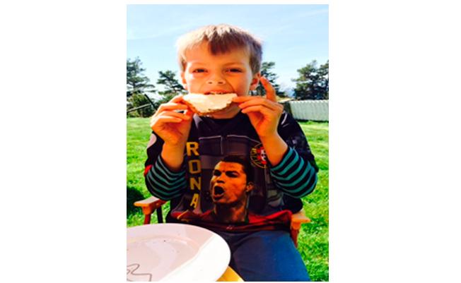 Nicolai (5 år) trives godt med brødskive med Q-rømme med sukker (alternativ til taco)