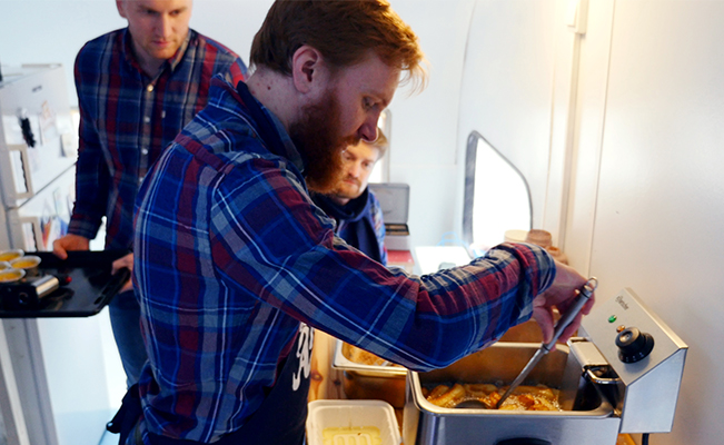 Gutta på Ås stilte opp i NM med en fullt 'færdig boble': Foodtruck for franchise. Daglig leder Erlend Kjelstad og økonomisjef Martin McCarthy presenterte forretningsidéen med så høy matglede at det luktet street food i hele Gustv Vigelands rom.