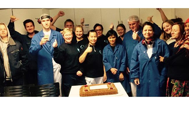 Team Q Gausdal feirer med kakefest at vi vant innovasjonsprisen – alle anstrengelser for å få til Skyr Mini er glemt.