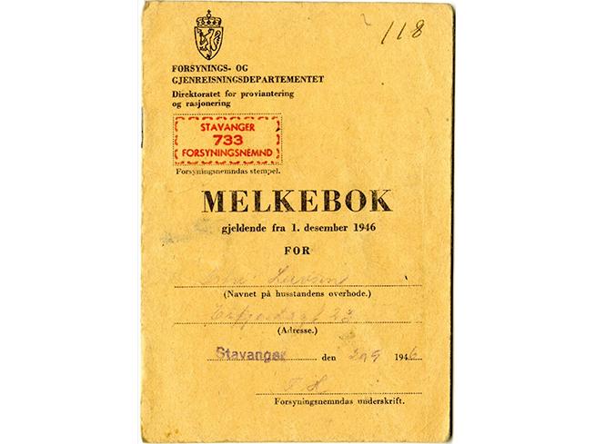 Melkebok fra 1946 i brunt omslag. Stavanger står skrevet med hpndskrift. Gitt ut av forsynings- og gjenreisningsdepartementet