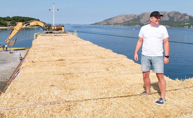 Leder Produsenttjenesten Geir Vestly – typisk for en nøkkelperson å hjelpe melkeprodusentene når de har fôrkrise. Her er Geir på toppen av båtlasten med halm fra Danmark